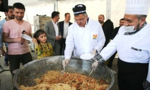 Türkistan'ın En Meşhur Lezzeti 20 Bin Kişiye İkram Edildi